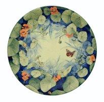 Grita Götze: Kapuzinerkresse und Rotes Ordensband, Teller, 2021, Engobemalerei, ∅ 33,5 cm