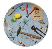 Grita Götze: Quodlibet mit Hammer und Nägeln, Teller, Engobemalerei, 2021, ∅ 41 cm