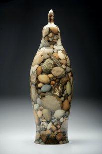 Grita Götze: Steine, 2021, Deckelvase, Engobemalerei, 50 cm hoch